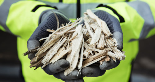 energy_biomass_shavings_hands_engie